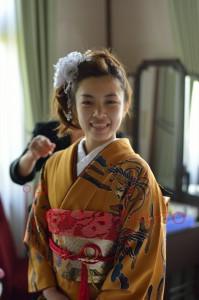 成人式の着物を着てカメラに微笑む女性