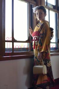 奈良ホテルの窓際で成人式を待つ着物の女性