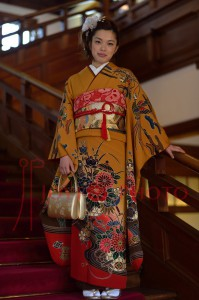 奈良ホテルの階段で成人式を待つ着物の女性