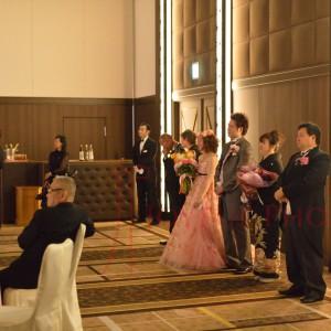 披露宴で列席者に挨拶する親族